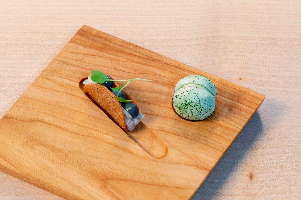 Cashew Taco - schwarzer Rettich - Ponzu und Wasabi Macaron - Forelle